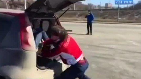 ეს ბიჭი აშკარად შარს გადაეყარა, ქალმა მისივე მანქანის საბარგულშიჩატენა