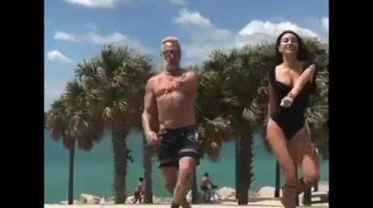 მაიამის სანაპიროზე მოცეკვავე მილიონერის და მისი ცოლის ცეკვა
