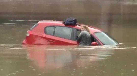 ქალი მანქანით წყალში გადავარდა - მისი მოხერხებულობა გაგაოცებთ