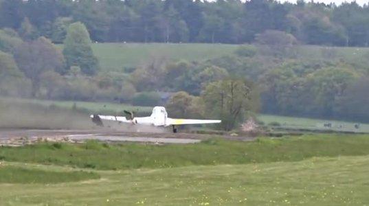 ძველმა რეაქტიულმა თვითმფრინავმა ავიაშოუზე ასფალტი ჰაერში ააფრიალა