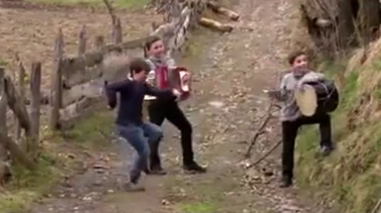 """სოფლის ორღობეში აცეკვებულმა ბიჭებმა სოციალური ქსელი """"ააფეთქეს!!!"""""""