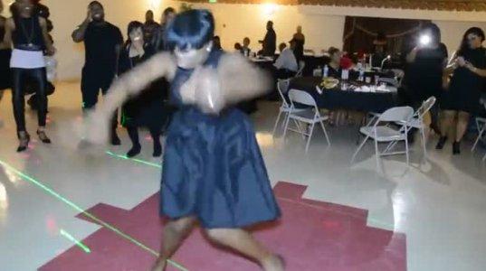 ზე ენერგიული ფერადკანიანი ქალის საოცარი ცეკვა