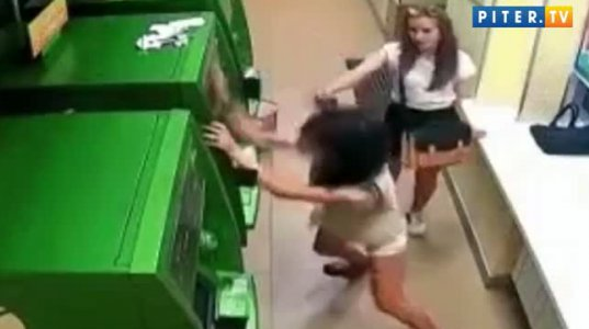 გოგონა ებრძვის ბანკომატს