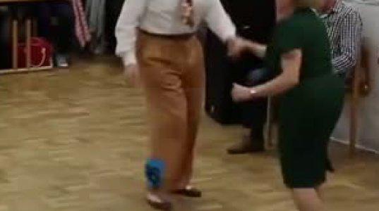 პოზიტიური ვიდეო-მოხუცი კაცი და ქალის ცეკვა