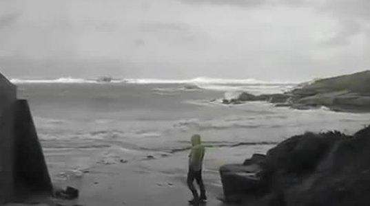 ტურისტები შტორმის სანახავად სანაპიროზე მივიდნენ და მოულოდნელად ... - შოკი