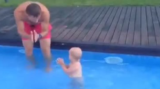 უმაგრესი მამა პატარას ცურვას და ყვინთვას ასწავლის. ვიდეო პოზიტივი