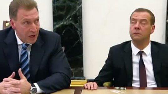 """""""გადაყირავდებით, რუსეთის პრემიერ მედვედევს შეხვედრაზე ზეზეულად ძინავს"""