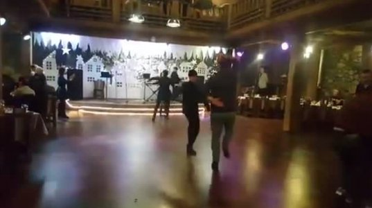 მამის რეაქცია შვილის ცეკვაზე, რომელიც რესტორანში აჭარულს ცეკვავს
