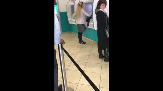 ბანკომატთან მდგარმა გოგონამ ვერ შეამჩნია როგორ ჩასძვრა საცვალი