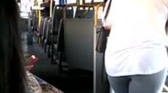 ავტობუსი შუაზე გადაიხსნა