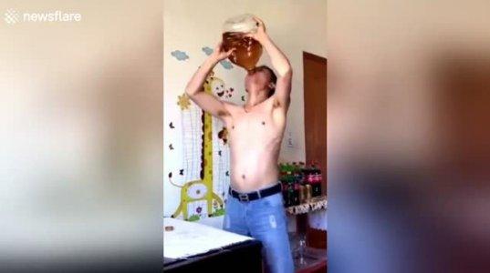 ჩინელმა ბიჭმა ზეთი ერთი შეუსვენებლად დალია