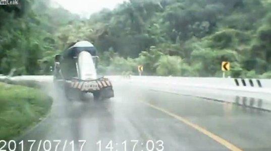 სატვირთო მანქანა სველ გზაზე მოცურდა და გზიდან გადავარდა