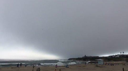 სანტა-კრუზის პლაჟზე დამსვენებლები უზარმაზარმა ღრუბელმა შეაშინა