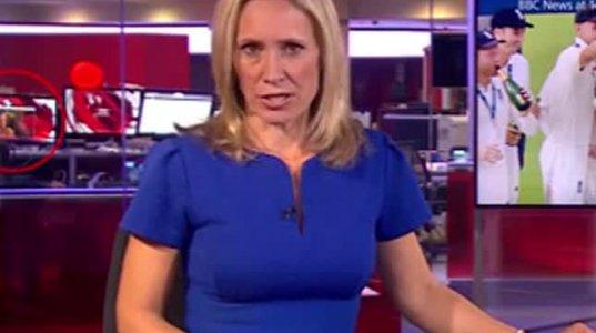 აი რა ხდებოდა BBC-ის პირდაპირ ეთერში,წამყვანის უკან მდებარე მონიტორზე