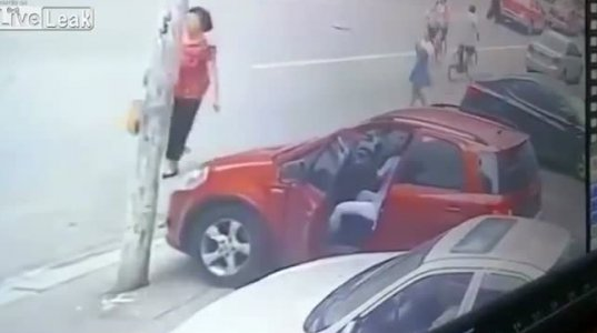 ქალს ავტომობილი დაუგორდა,რამელიც ფეხის მოტეხვით დამთავრდა(ჩინეთი)