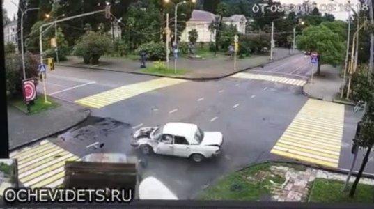 """ავარია სოხუმში, მსუბუქმა მანქანამ სატვირთო """"პროპელერივით"""" დაატრიალა"""