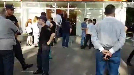 """საქართველოს ბანკის"""" ფილიალში შეჭრილმა შეიარაღებულმა პირმა თავი მოიკლა"""