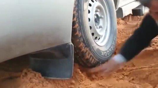 როგორ ამოჰყავთ არაბებს მანქანა ქვიშიდან - ამ საქმის ოსტატები არიან!