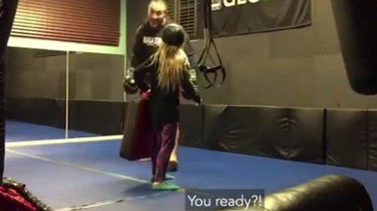 რა გამბედავია ეს პატარა გოგო,თავის ნებით დათანხმდა ასეთ რამეს...