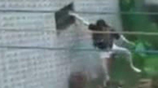 პატიოსანი ქალი სახლში ფანჯრიდან შედის