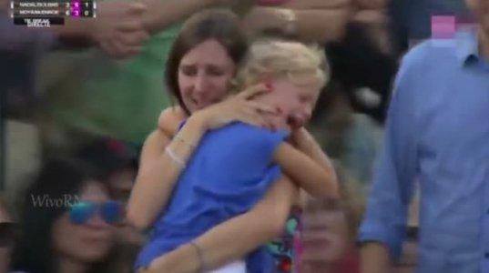 რაფაელ ნედალი წყვეტს თამაშს, როდესაც დედა დაკარგულ შვილს ეძებს ხალხში