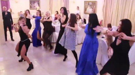 ნახეთ როგორ სასაცილოდ იმეორებენ მოცეკვავის ილეთებს გოგონები