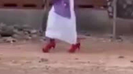 სახალისო ვიდეო-ქალმა პირველად ჩაიცვა მაღალქუსლიანი ფეხსაცმელები
