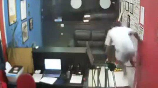 კურიოზი ბრაზილიაში- მამაკაცი საყაჩაღოდ შევიდა  ოფისში მაგრამ....