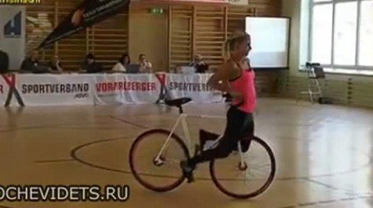 ახალგაზრდა გოგო ველოსიპედით წარმოუდგენელ მოძრაობებს აკეთებს