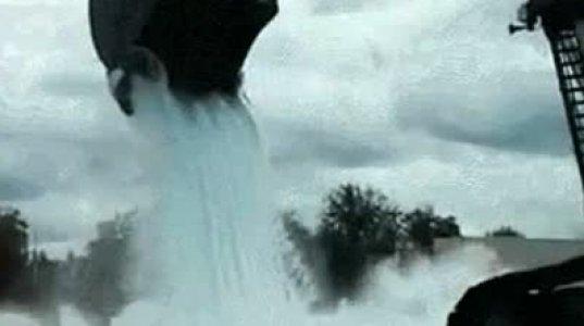აი რა დაემართა მანქანას დიდი რაოდენობით წყლის დასხმის შედეგად