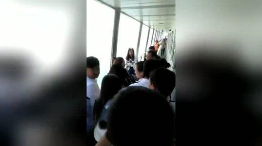 ჩინელ გოგოს გემიდან ტელეფონი გადაუვარდა და კინაღამ თვითონაც გადახტა