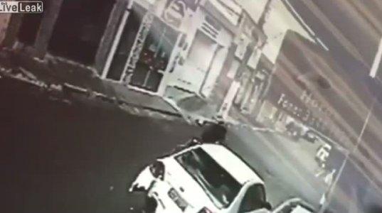 ბიჭი მოტოციკლით მანქანას შეასკდა, შემდეგ კი ავარიის ადგილიდან მიიმალა