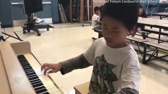 10 წლის ნათან ჩჟანი პიანინოზე ვირტუოზულად უკრავს