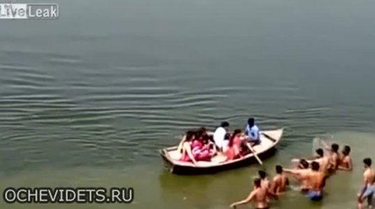 ინდოელებმა ნუთუ ცურვა არ იციან, ამდენი კაცი დგას და კაცი მაინცდაიხრჩო