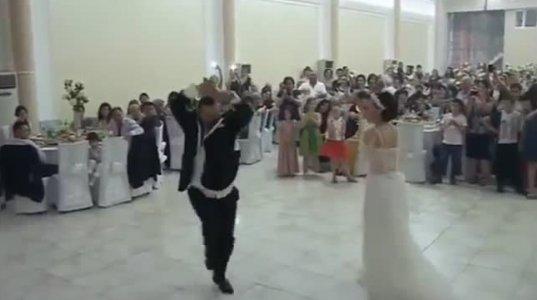 ბათუმში პატარძლის აჭარული ცეკვა და ფულების ცვენა ქორწილში
