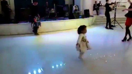 პატარა ქართველი გოგონას საოცარმა ცეკვამ მთელი ინტერნეტ სივრცე დაიპყრო