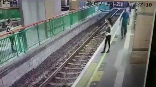 ჰონგ-კონგში გამვლელმა მამაკაცმა ხელი კრა ქალს და რელსებში გადააგდო