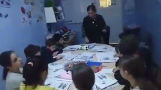 მასწავლებელი, მოსწავლეებს ინგლისურ ენას  რეპით ასწავლის