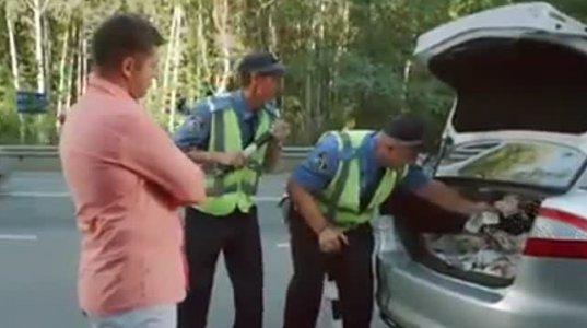 ზესახალისო ვიდეო კორუმპირებულ საგზაო პოლიციელებზე. კადრი სკეტჩიდან