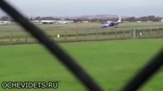 მფრინავმა თვითმფრინავი წინა შასის გარეშე დასვა გართულების გარეშე