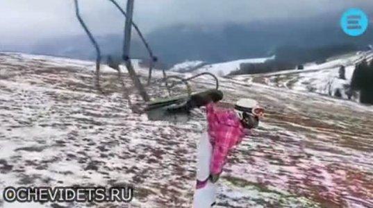 ზესახალისო ვიდეო  გოგოზე, რომელიც სამთო საბაგიროზე ტანსაცმლითაა დაკიდებული