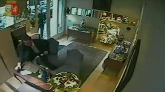 იტალიაში საიუველირო მაღაზიის ძარცვის კადრები რომელიც მაღაზიაში დამონტაჟებულმა კამერებმა დააფიქსირა