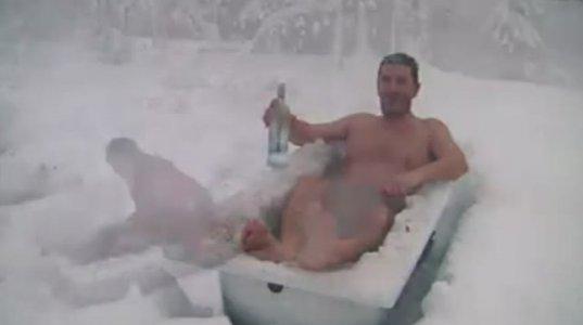 ტრუსისამარა კაცი თოვლში დადის და გაყინულ აბაზანაში წვება. სარეკლამო რგოლი
