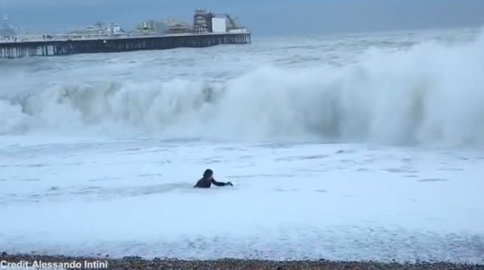 ბრიტანელი საკუთარი სიცოცხლის რისკის ფასად ძაღლის გადასარჩენად შევარდა აბობოქრებულ ზღვაში