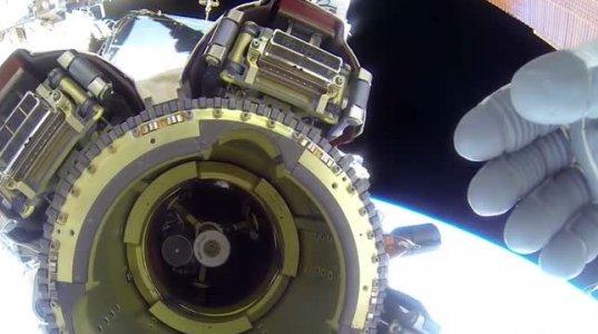 ასტრონავტი ცდილობს დამალოს მფრინავი ობიექტი