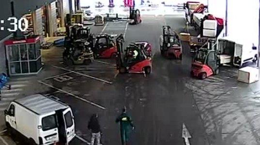 ავტოსატვირთელებმა ალყა შემოარტყეს მძარცველების მანქანას,რომლებიც ნაქურდალის გატანას ცდილობდნენ