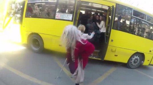 მოხუცმა ბებომ ავტობუსში შემთხვევით გააკ..ა , ხალხის რეაქციანახეთ