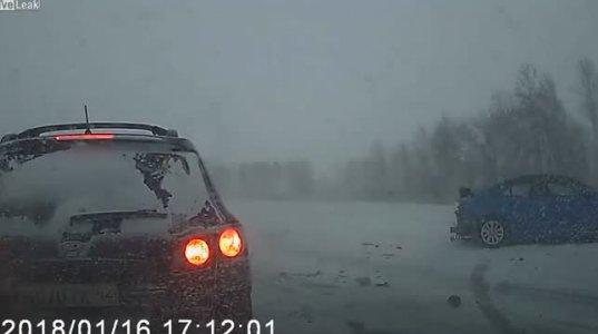 ქარბუქიან გზაზე  ერთმანეთს რამდენიმე ავტომობილი შეეჯახა(რუსეთი)