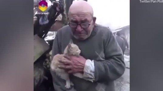ხანძრისგან უსახლკაროდ  დარჩენილი მოხუცი საყვარელ კატასთან ერთად