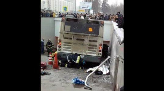 აშკარად გამიზნულად აიღო კურსი ავტობუსმა მიწისქვეშა გადასასვლელისკენ, რასაც მსხვერპლი მოყვა
